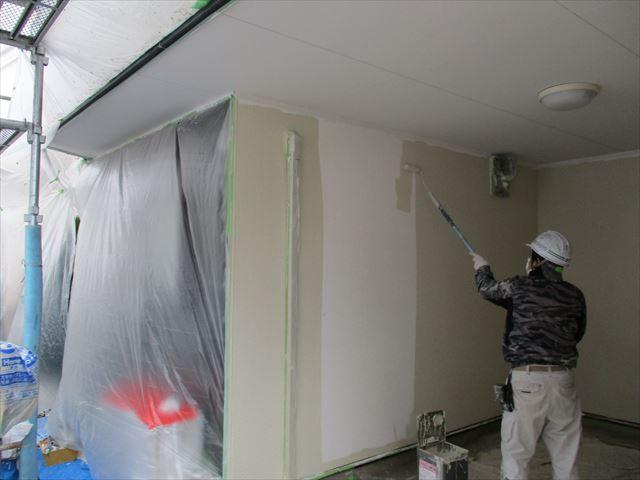 ガレージ壁面の中塗り