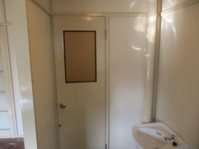 トイレ扉の上塗り