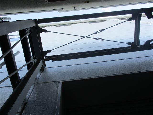 2階渡り廊下の鉄骨天井