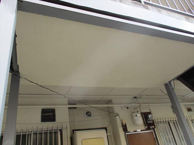 階段踊り場下部の上塗り