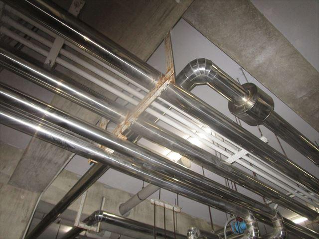 配管を吊っているアングル