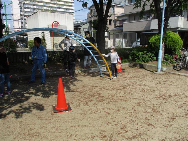 大阪市鶴見区の公園の遊具を子供達と一緒に塗装しました。