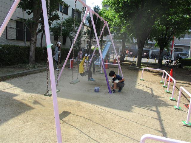 支柱を塗装する子供