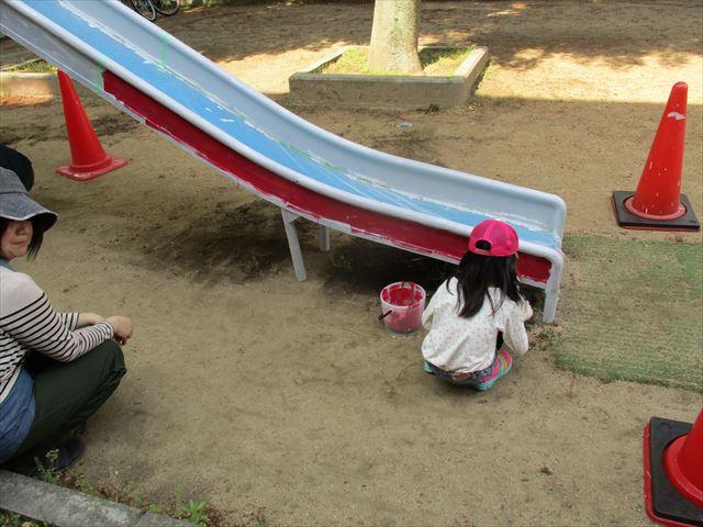 滑り台を塗る子供