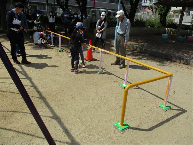 防護柵を塗っている子供
