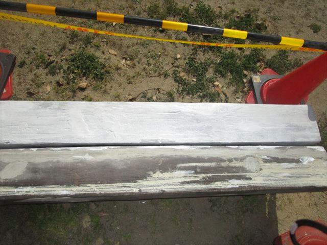 半分下塗りしたベンチ