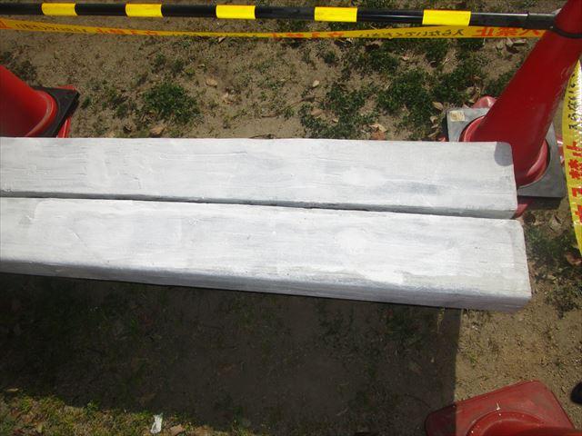 下塗りを終えたベンチ