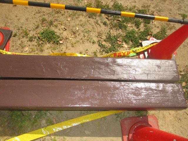 中塗りを塗ったベンチ