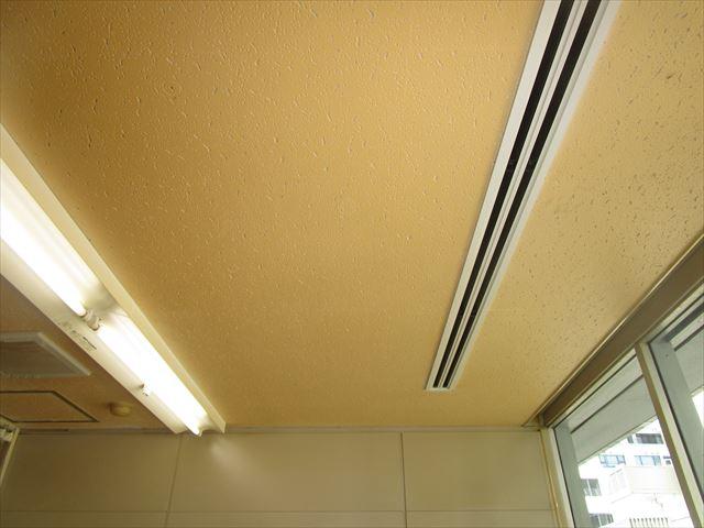 喫煙室の天井