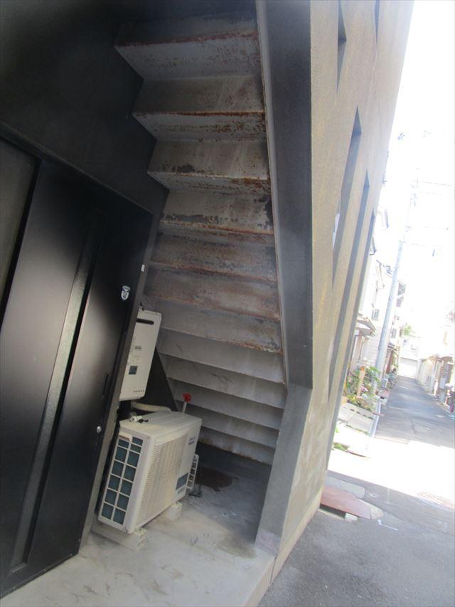錆がでた階段裏