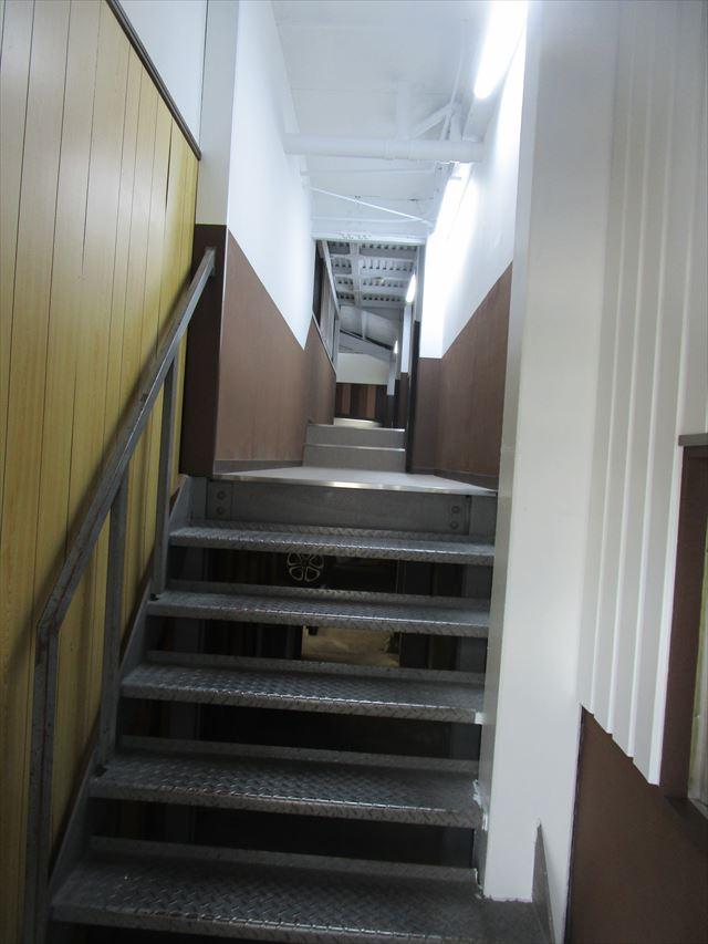 縞鋼板の階段
