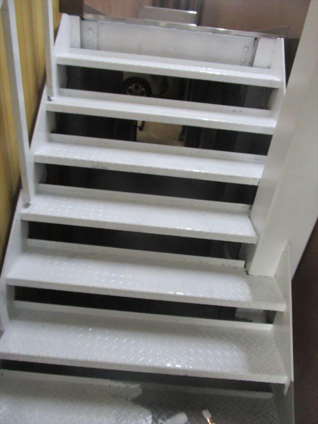 大阪市淀川区で玄関入口の縞鋼板階段の塗装をおこないました。