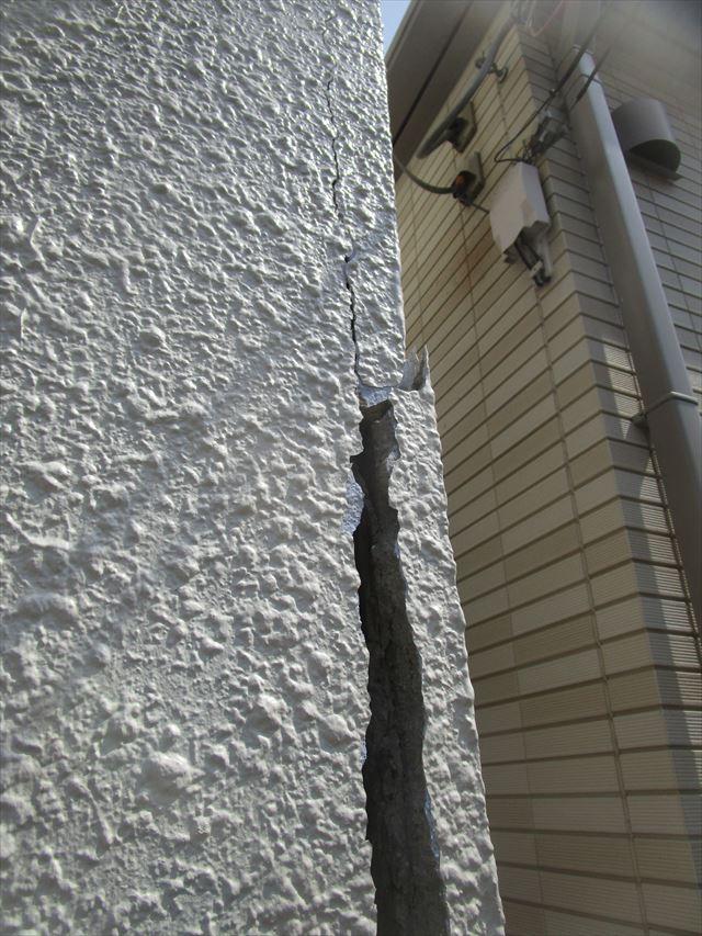 えぐれた外壁