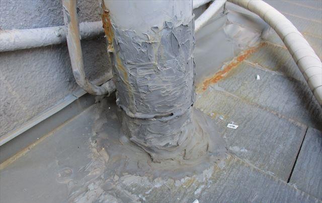 屋根上の劣化した樋