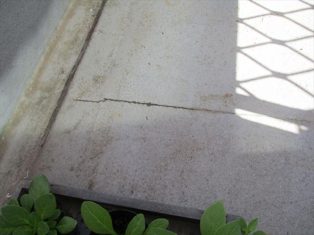 玄関上のベランダクラック