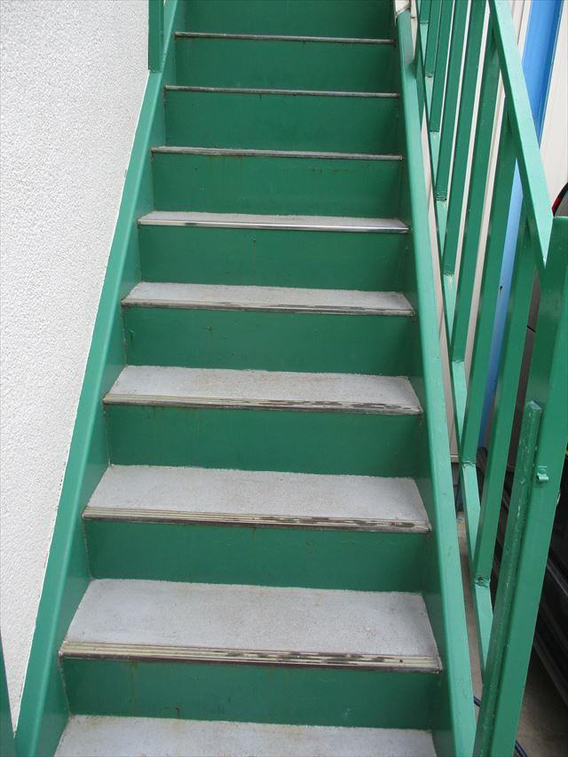 摂津市で2階へ上がる階段の踏み面の塗装依頼を頂戴しました
