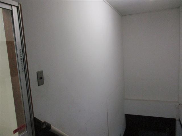 入口前の天井・壁