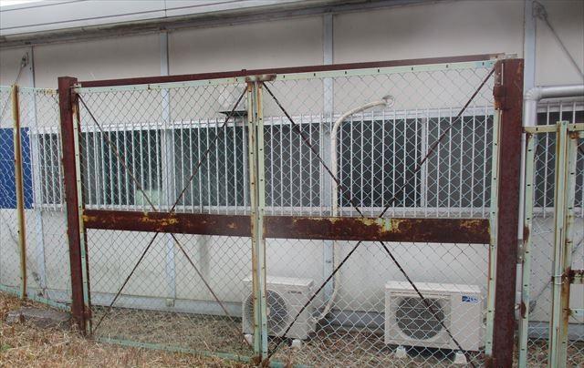 鉄部が錆びた裏門
