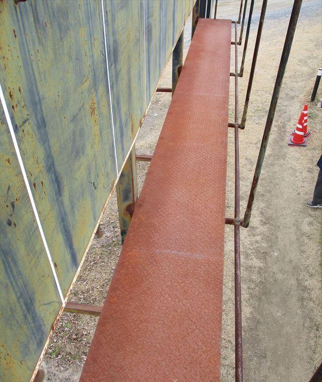 真っ赤に錆びた鉄板