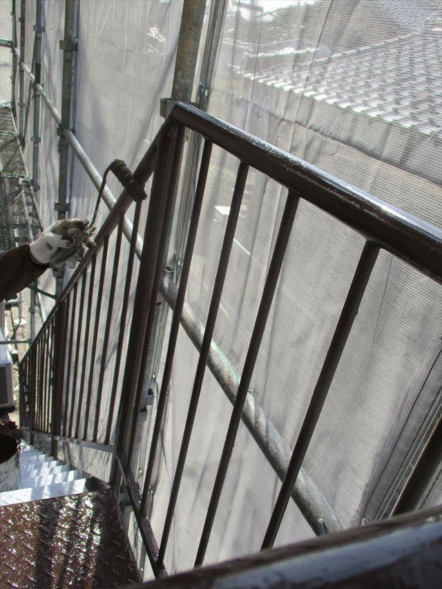ローラーで塗装の階段手すり