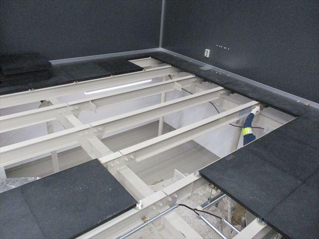 塗装した床下の鉄骨