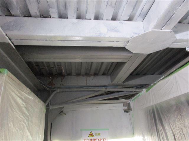 ローカ天井の鉄製床