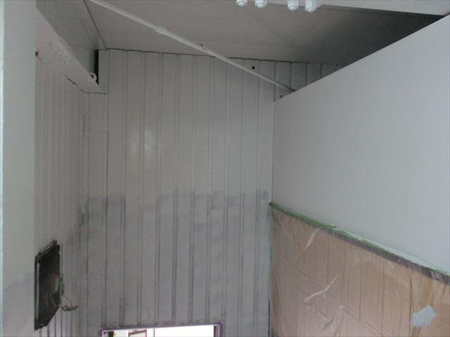 金属製の壁
