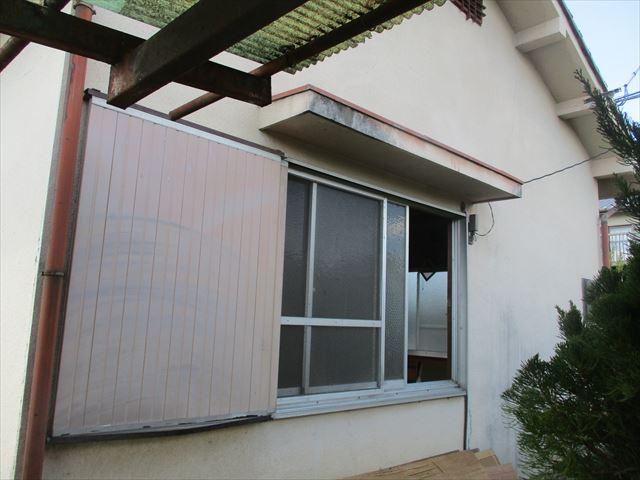 妻側の塗装前の平屋