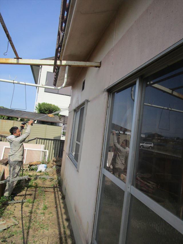 奈良市で平屋の外壁を洗浄して、下地処理をおこないました。