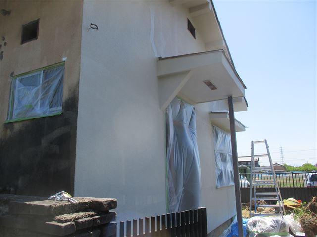 中塗りした外壁