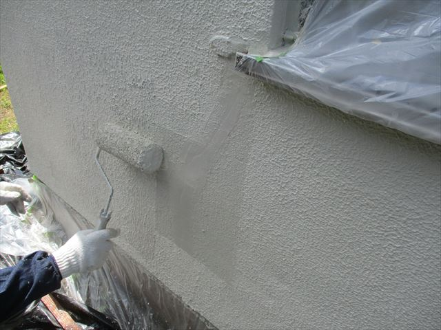 柄付け塗装している職人