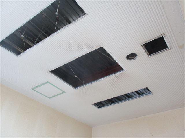 摂津市の事務所内で元々喫煙室のヤニ汚れの天井を塗装しました