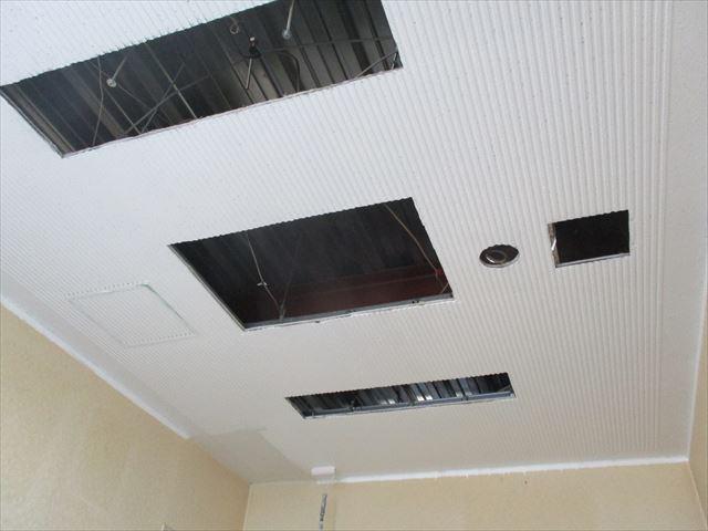 リブ天井塗装中