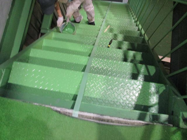 大阪市鶴見区の事務所内にある鉄部階段を6年ぶりに再塗装しました