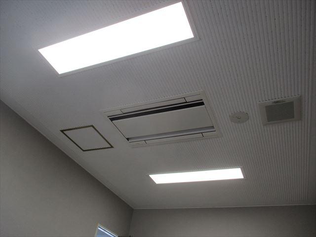 天井塗装終了と照明器具
