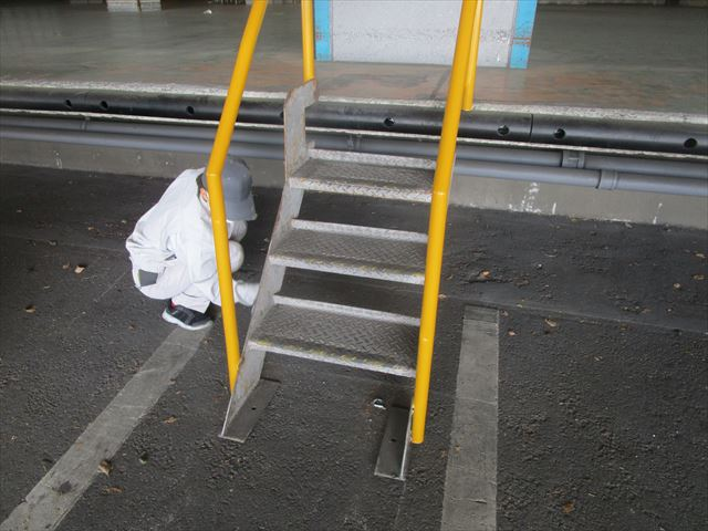 摂津市にある倉庫の荷捌き場に上がる階段塗装を行いました
