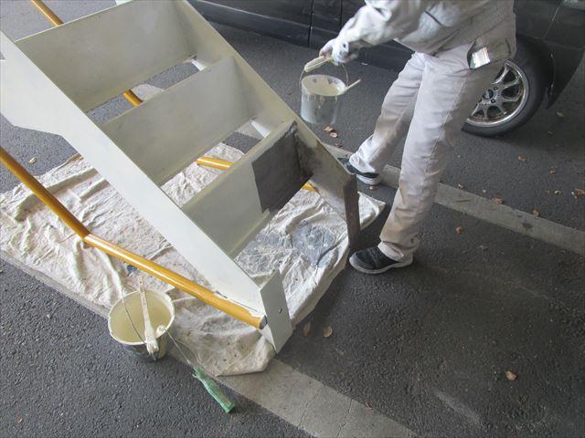階段裏下塗り塗装