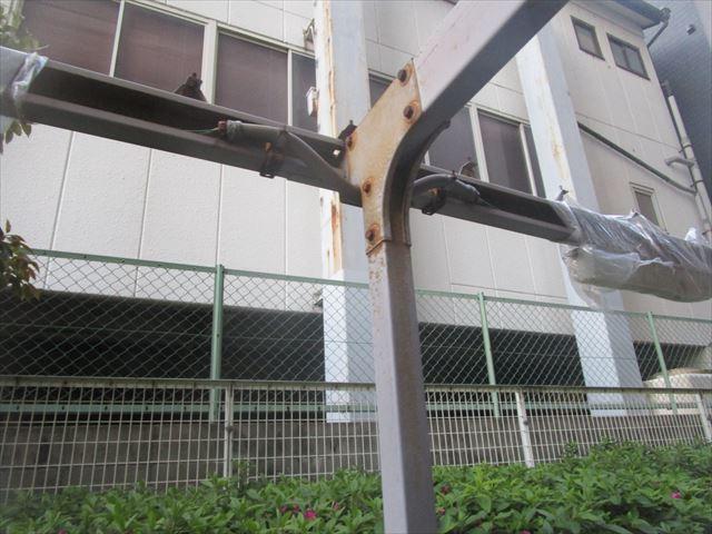 錆が出ている駐輪場の鉄部