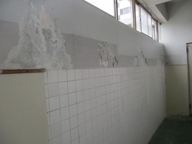 京田辺市にあります会社のトイレ~通路の内壁のケレン清掃作業を行いました