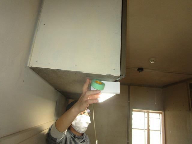 大阪市鶴見区にある集合住宅の空き室で塗装する所の養生・パテ作業を行いました
