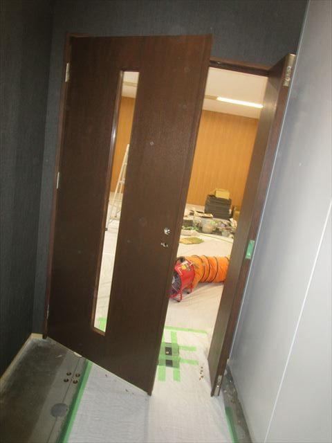 染色塗装した扉