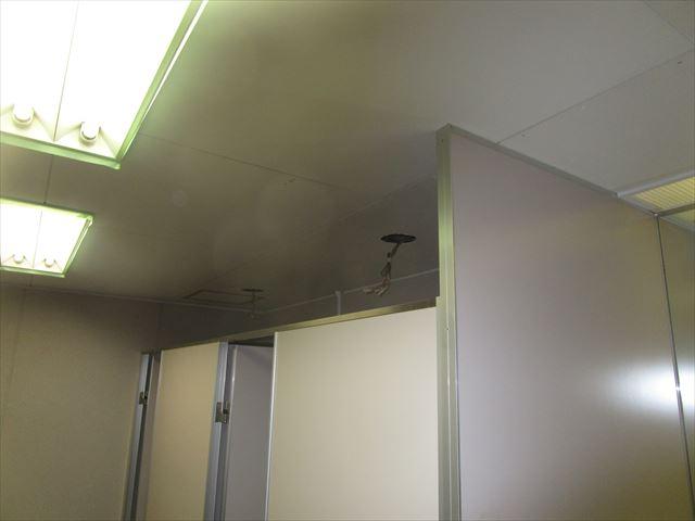 大阪市中央区の施設で天井内の配管工事に伴う天井塗装を行いました